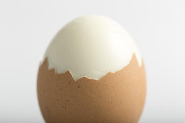 殻を剥きかけのゆで卵