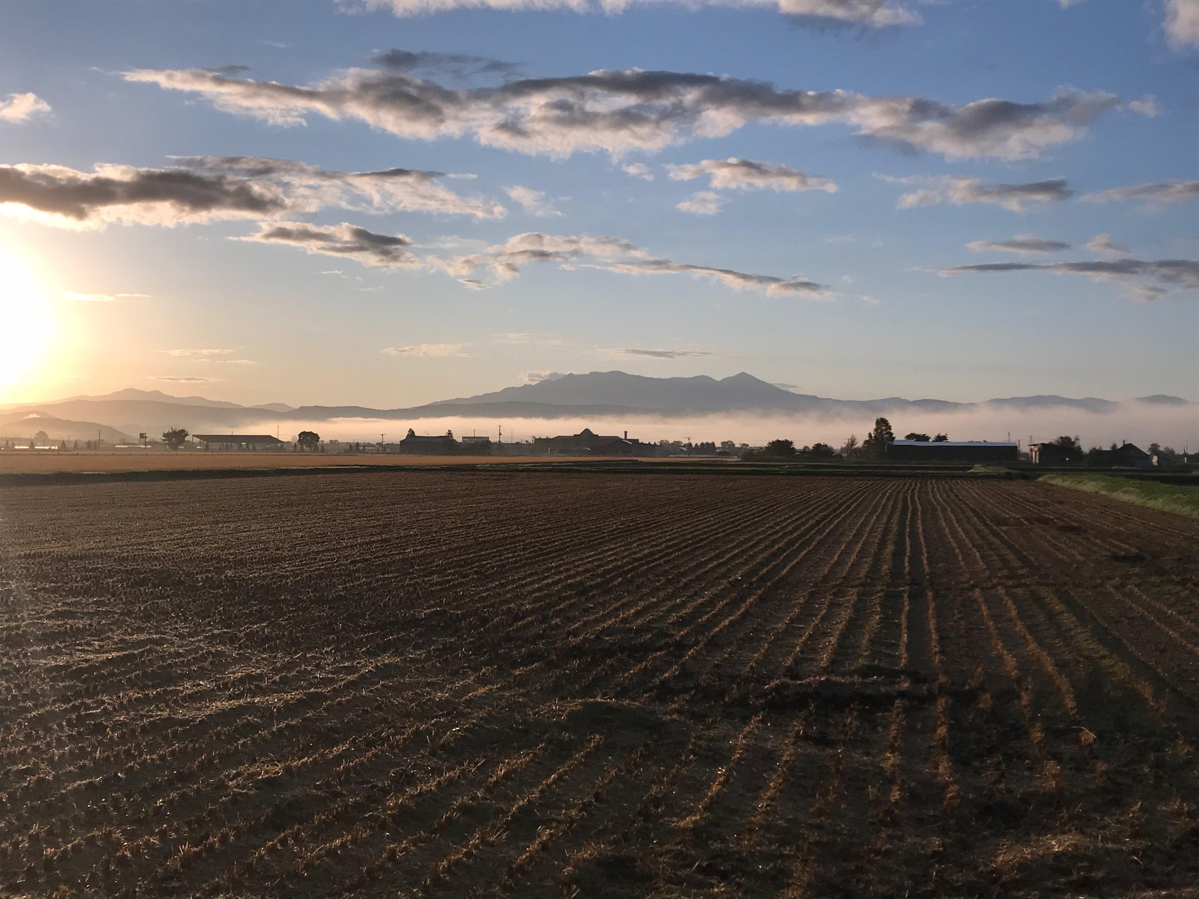 朝日が昇る朝と大雪山