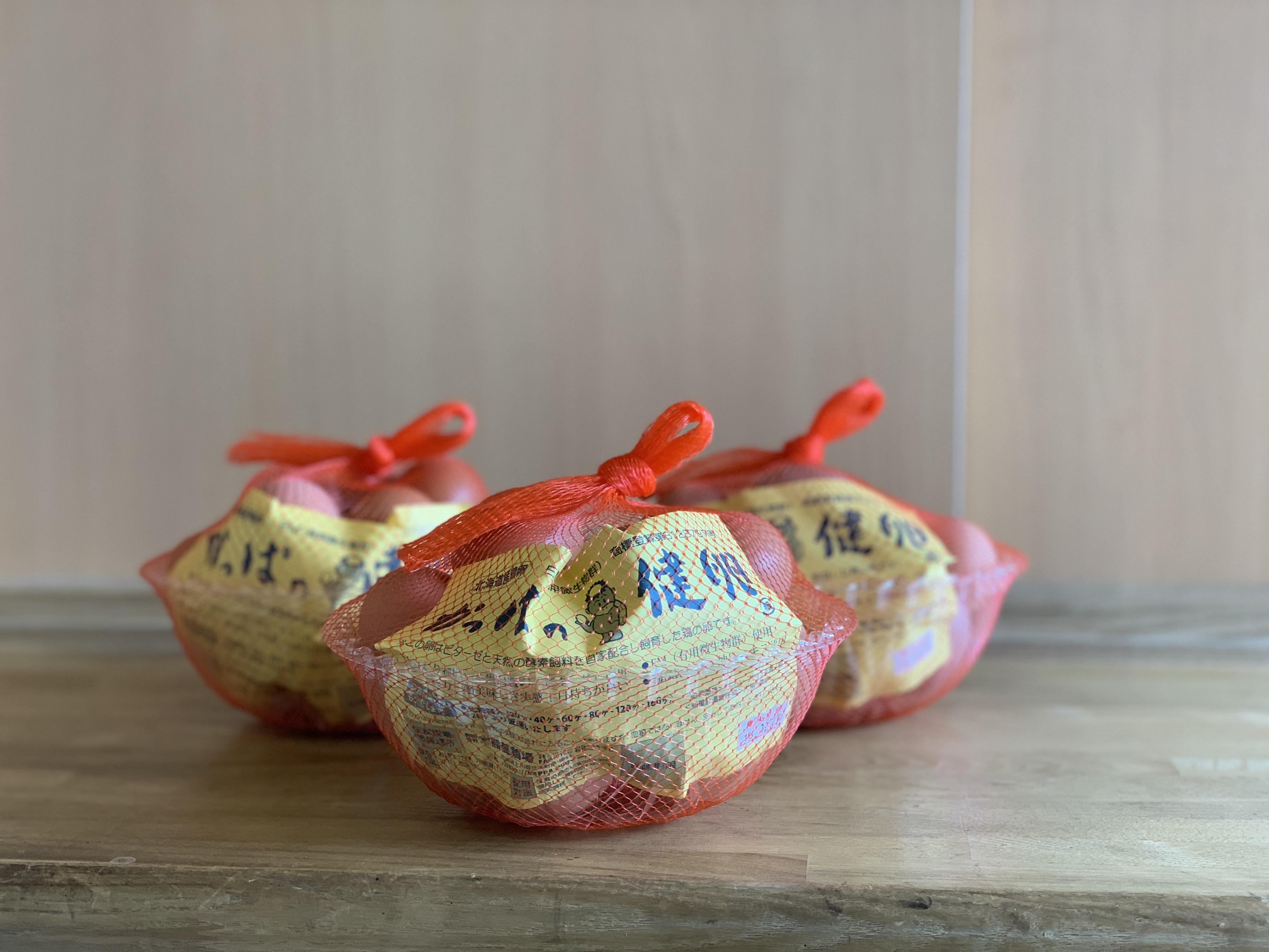 新しい鶏舎にいるニワトリが産んだ卵