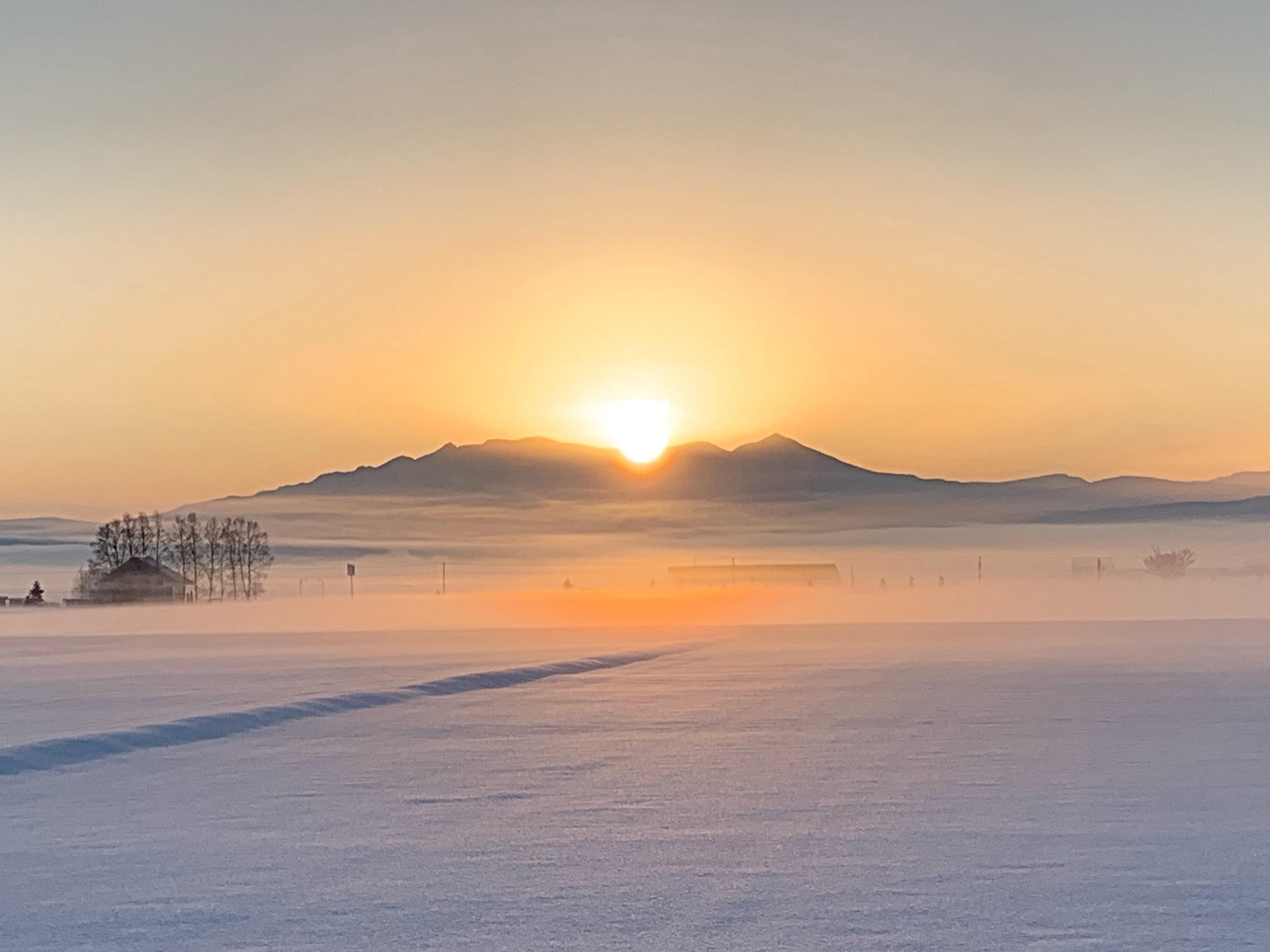 日が出てきたころの大雪山